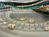 Auswahl an Perlen und Edelsteinen und Silberanhänger, Verschlüße